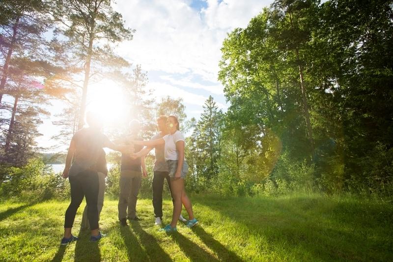 5 mennesker på firmaudflugt i skoven på en sommeraften.